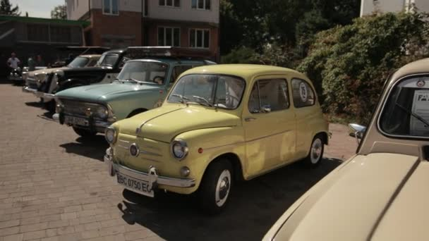 Výstava historických aut na ulici, Zaporozhets, Moskvich, Zhiguli, Volga