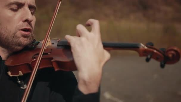 Hegedűs a hídon, utcai hegedűs, kint. Közelkép