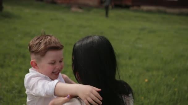 Baví, batole chlapec hraje v parku s mámou, matka hraje svého malého syna
