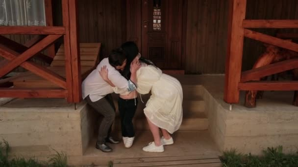 Rodina babičky, matky, vnuk objetí doma, sbohem