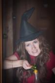 A boszorkány készül a főzet a Halloween. vicces lány. A folyamat a szeretkezés bájitalokat a Halloween