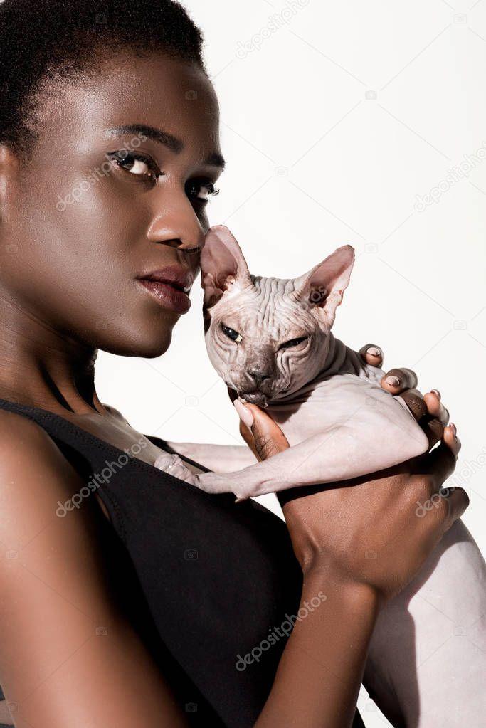 75ffc1a2f97 Vista Cercana Hermosa Mujer Afro Americana Traje Baño Sosteniendo Gato —  Foto de stock © ArturVerkhovetskiy  197191410