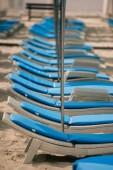 üres társalgók és napernyők a strandon