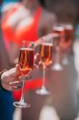 Detailní částečný pohled mladých lidí sklenic vína na slunečný den, selektivní fokus