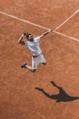 Aus der Vogelperspektive: Junge Tennisspielerin schlägt beim Sprung zu