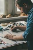 elsősorban a középső aged cipész nyomkövetés bőr cipő, workshop