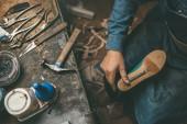 vágott lövés a cipész munkadarab műanyag boot betöltő, és a munka egyedüli vázlat