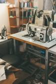 Arbeitsplatz der Näherin bei Schneiderei mit elektrischen Industrienähmaschine