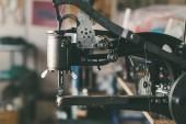 Nahaufnahme der industriellen Nähmaschine Schuster Shop