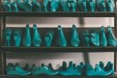Reihen von verschiedenen Schuhleisten in Regalen