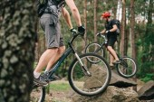 vágott lövés a fiatal próba motorosok szórakozás a fenyves erdő