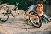 mladí zkušební biker stanovení kolo venku