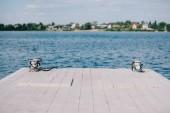 Fotografie prázdné dřevěné molo a modrou vodu v slunečný den