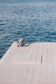 prázdné dřevěné molo a modrou vodou v letním dni