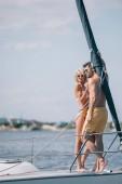 krásný mladý pár v plavky a sluneční brýle, stáli na jachtě