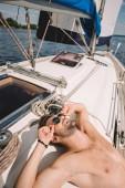 mosolygó félmeztelen izmos férfi napszemüveg, miután szállót, a yacht