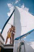 alacsony, szög, kilátás a félmeztelen férfi napszemüveg átfogó barátnő bikini a yacht