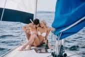fiatal pár fürdőruha pihentető pezsgő szemüveg, a yacht