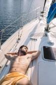 magas, szög, Kilátás birtoklás szállót, a yacht úszás fatörzsek félmeztelen izmos ember