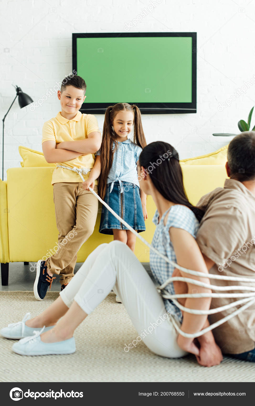 Батьки сидять перев язані мотузкою на підлозі і посміхаються діти 0c5797159d337