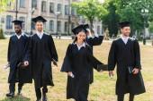 Fotografia giovani diplomati in promontori a piedi dai giardini dellUniversità