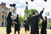 mladí Absolventi těchto škol zvracel promoce čepice v zahradě univerzity