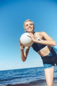 Photo portrait of smiling woman with volleyball ball on beach on summer day