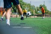 Fotografie částečný pohled multikulturní starších přátel spolu hrají fotbal