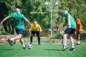 Fotografie Selektivní fokus multikulturní starších přátel spolu hrají fotbal