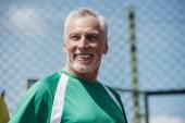 Fotografie Porträt des Lächelns älteren Mannes Wegsehen Sportswear