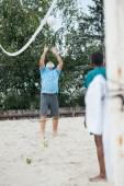 Selektivní fokus mnohonárodnostní starci spolu hrát volejbal na pláži