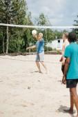 Fotografie Selektivní fokus mnohonárodnostní starci spolu hrát volejbal na pláži