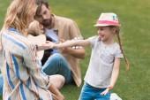 Fotografie šťastná rodina s jedním dítětem trávit čas spolu v parku