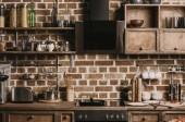Moderní interiér s nádobí a kuchyňské spotřebiče ve stylu zařízené podkroví