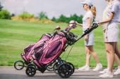 Teilansicht des weiblichen Golfer mit Golfausrüstung zu Fuß am Golfplatz