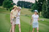 ženy v caps s golfové vybavení bavit na golfovém hřišti