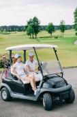 ženské golfisté CAPS na sebe dívali v golfovém vozíku na golfovém hřišti