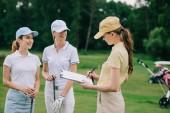 ženské obchodní partnery s Poznámkový blok o projektu během golfové hry na golfovém hřišti