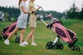 vista parziale dei giocatori di golf femminile nel Polo camminare sul campo da golf