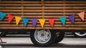 kola a spodní části kamionu potravin s barevnými vlajkami