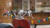 Detailní pohled červený skútr a jídlo truck s barevnými vlajkami za