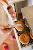 Fotografie Oříznout obrázek šéfkuchaře pečení chleba pro hamburgery v kamionu potravin