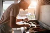 boční pohled na kuchaře příprava masa na hamburgery v kamionu potravin