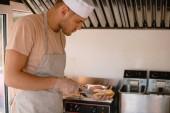 Fotografie Šéfkuchař připravuje hod pes v kamionu potravin a řezání chleba