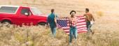 fiatal baráti az Egyesült Államok zászló, virág mező út utazás közben