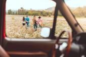 Blick vom Auto im Freundeskreis glücklich junge Blumenfeld vorbeikamen, während der Autofahrt