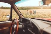 Fotografia interni auto depoca con persone a piedi da campo dei fiori durante il viaggio di auto sfocato su priorità bassa