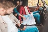 fiatal meg navigáció-autóban ülve utaznak