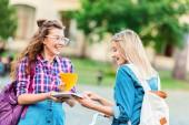 portrét šťastný studentů s batohy v parku