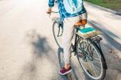 částečný pohled studentů s batohem, jízda na kole na ulici